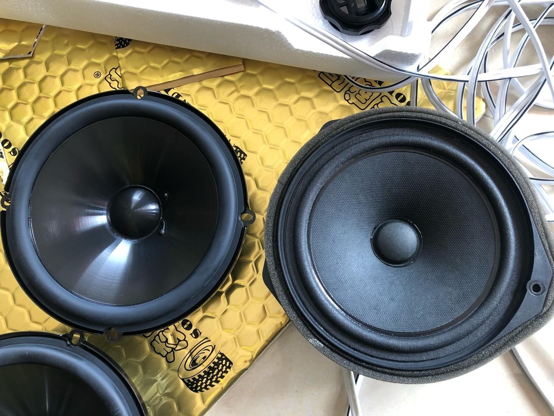 燕飞利仕的喇叭(左)与原车纸盘喇叭(右),对比起来明显比原车喇叭好几个档次